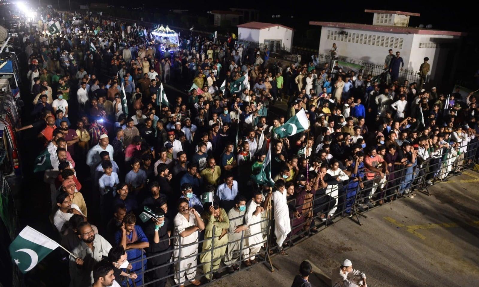 کراچی میں جشن آزادی کے موقع پر لوگوں کی بڑی تعداد جمع ہے — فوٹو: اے ایف پی