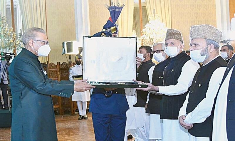 ISLAMABAD: All Parties Hurriyat Conference leaders receiving Nishan-i-Pakistan award on behalf of Syed Ali Shah Geelani from President Dr Arif Alvi on Friday. — APP