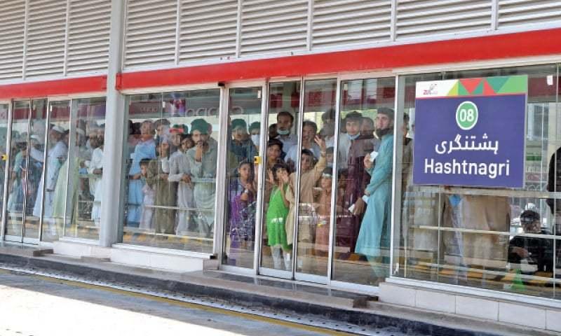 بی ٓر ٹی کے افتتاح کے بعد لوگوں نے جوق در جوق بس کے سفر کے لیے اسٹیشنوں کا رخ کیا— فوٹو: عبدالمجید گورایا