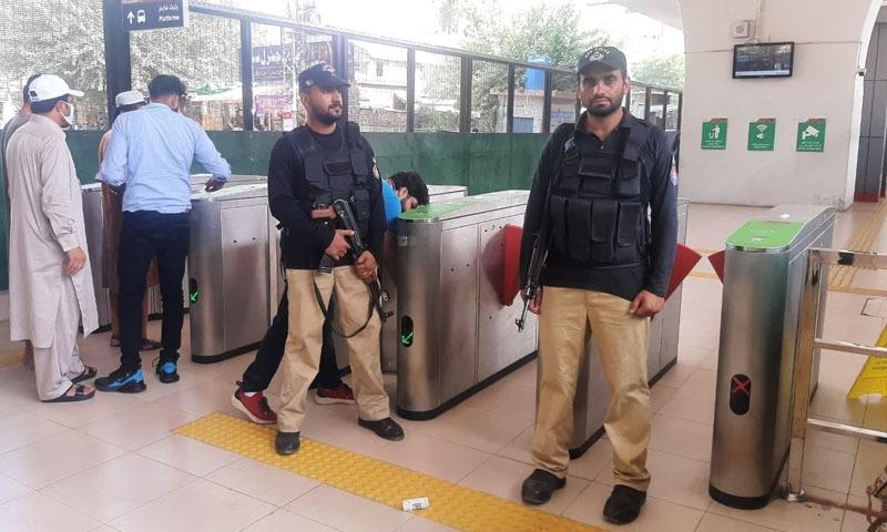 بی آر ٹی اسٹیشنز پر 250 کے قریب اہلکار تعینات کر دیے گئے—تصویر: زاہد خان