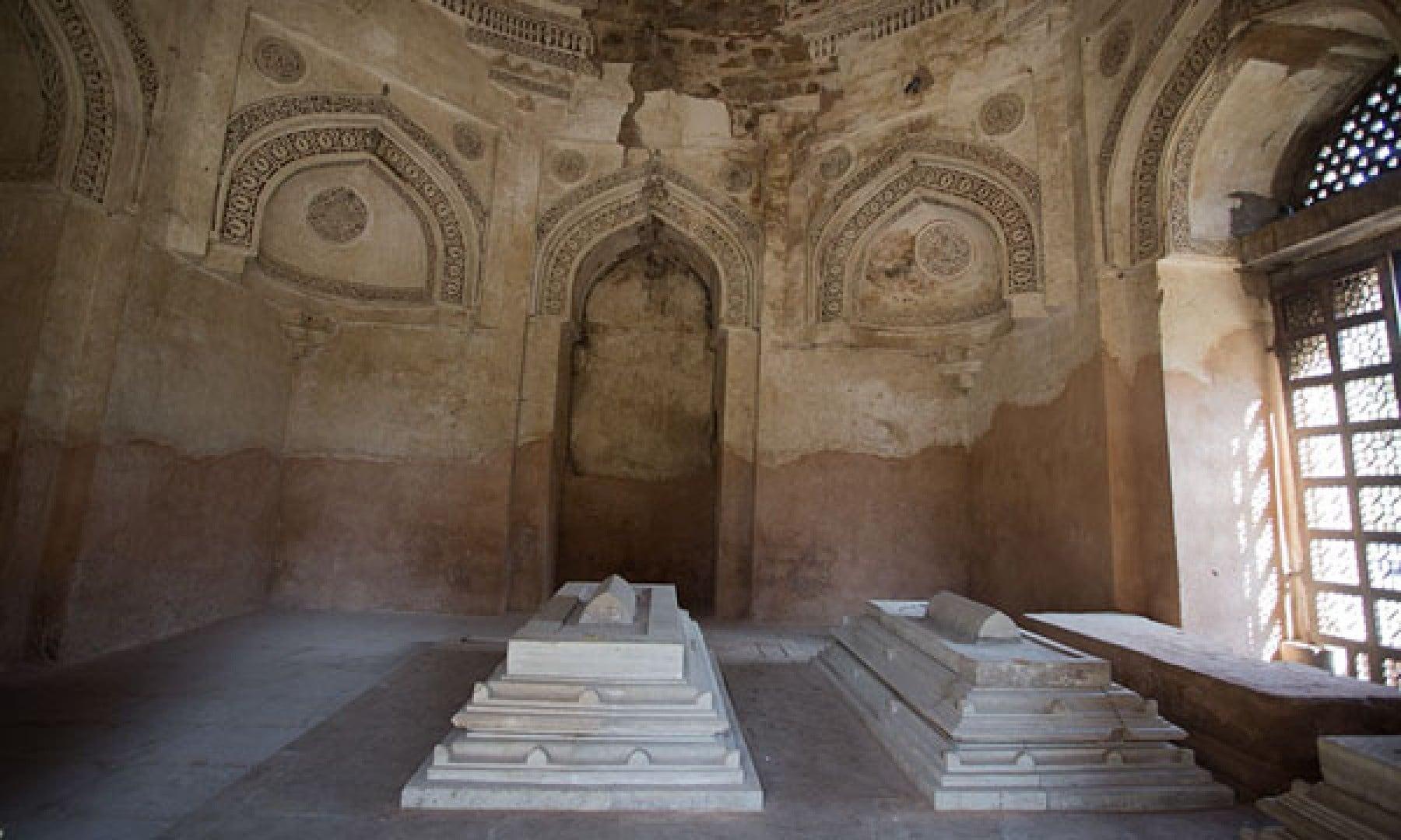 مقبرے میں فیروز شاہ تغلق کے علاوہ ان کے بیٹے اور پوتے کی قبریں بھی موجود ہیں