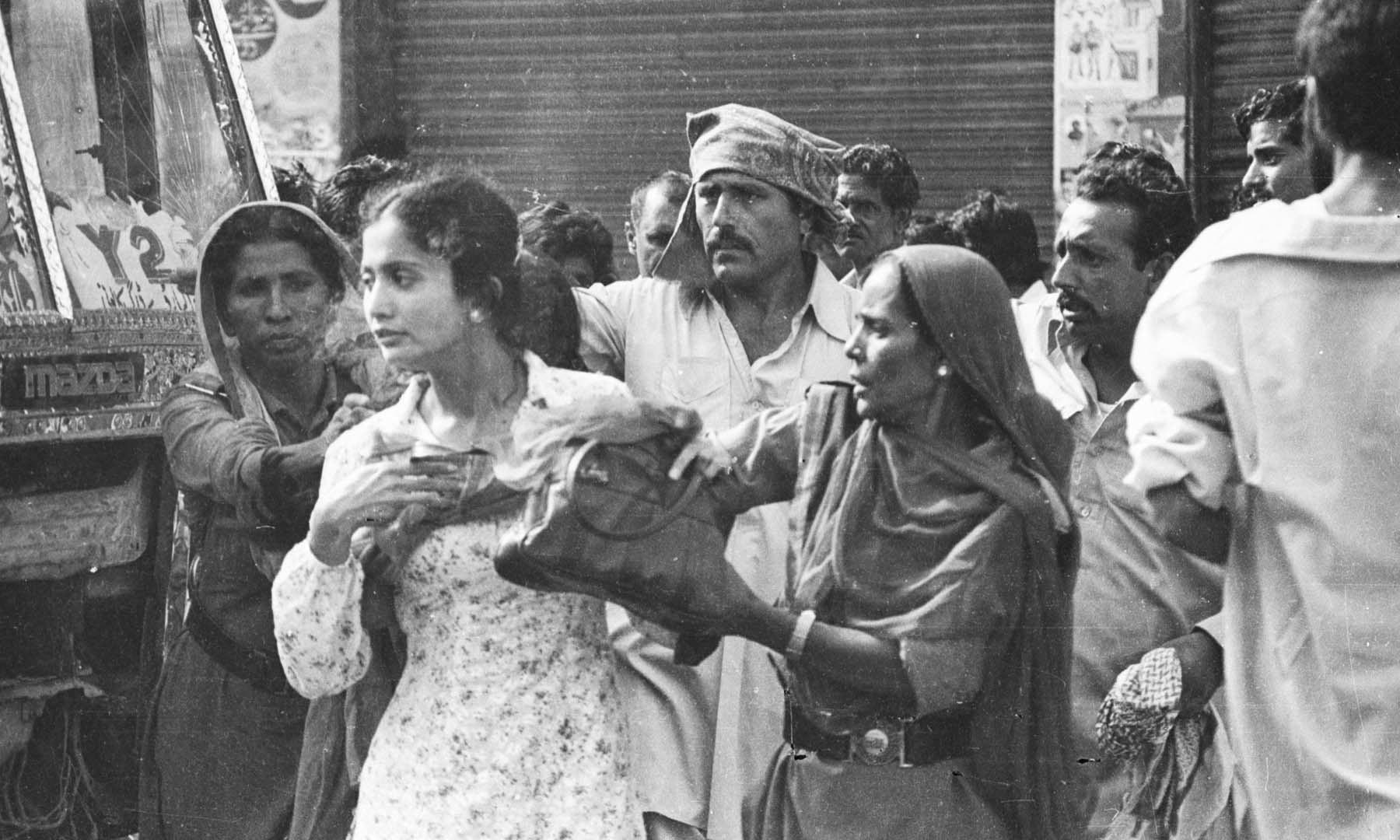 1983ء میں ایم آر ڈی کے کارکنان کو پولیس حراست میں لے رہی ہے—تصویر بشکریہ سینئر فوٹوجرنلسٹ زاہد حسین