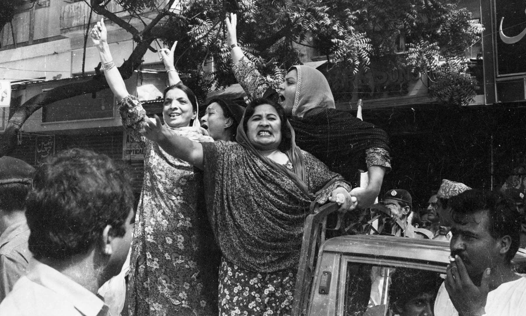 15 اگست 1983ء کو  ایم آر ڈی کارکنان گرفتاری کے دوران نعرے بلند کر رہے ہیں—تصویر بشکریہ سینئر فوٹوجرنلسٹ زاہد حسین