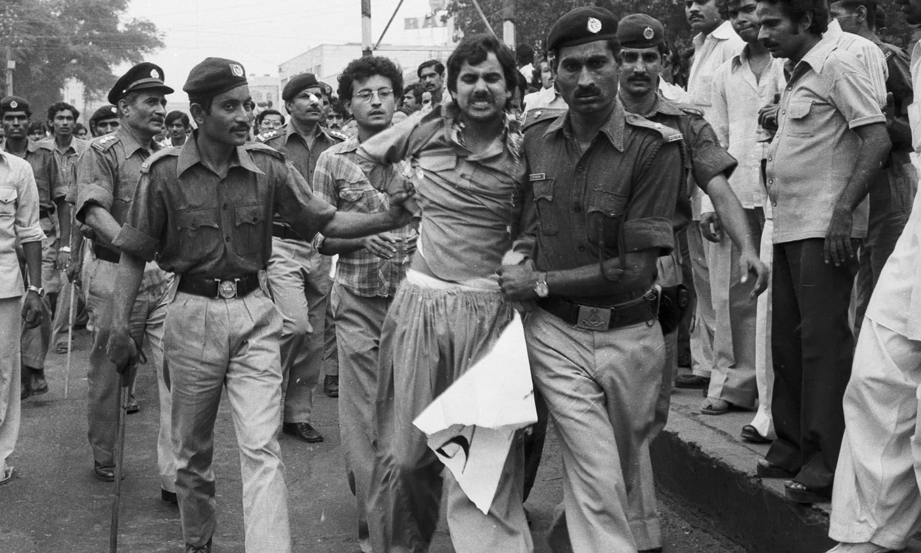 10 اگست 1978ء کو ریگل چوک پر فوجی آمر جنرل ضیا الحق کی جانب سے اخبارات اور صحافیوں کے خلاف کیے جانے والے بدترین کریک ڈاؤن کے خلاف پی ایف یو جے کی تاریخی تحریک کے دوران شفیع کلھوڑوی اور راجہ حسن اختر کو گرفتار کیا جا رہا ہے—سینئر فوٹوجرنلسٹ زاہد حسین