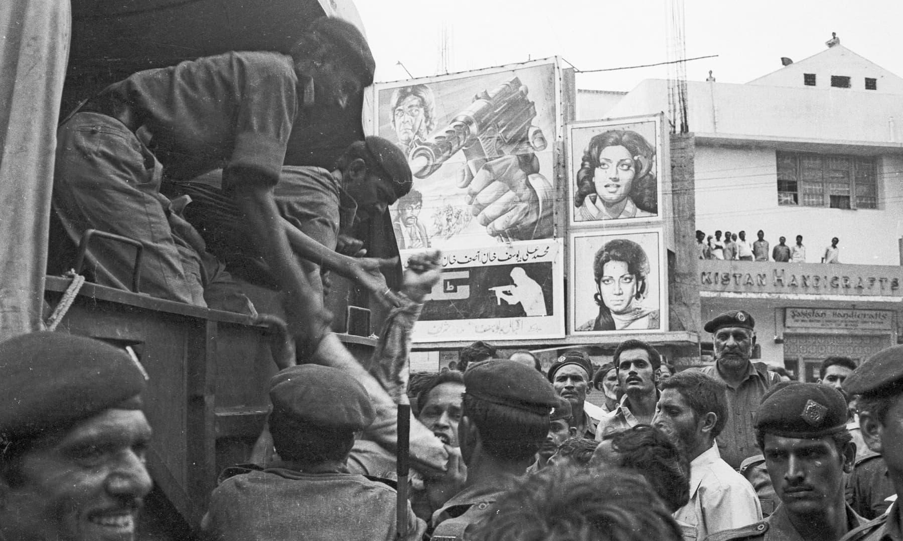 15 اگست 1978ء کو ریگل چوک پر فوجی آمر جنرل ضیا الحق کی جانب سے اخبارات اور صحافیوں کے خلاف کیے جانے والے بدترین کریک ڈاؤن کے خلاف پی ایف یو جے کی تاریخی تحریک کے دوران حسن سنگرامی و دیگر کو گرفتار کیا جا رہا ہے—سینئر فوٹوجرنلسٹ زاہد حسین