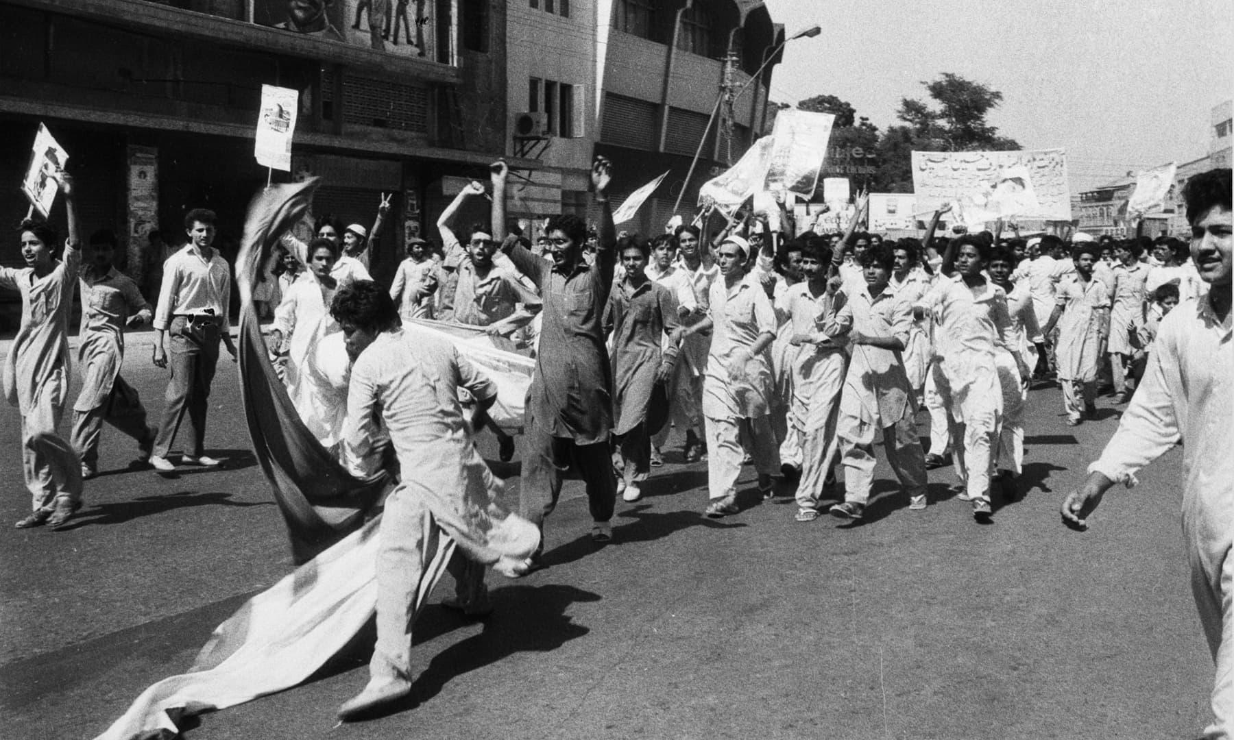 6 جون 1986ء کو مظاہرین القدس ریلی کے موقعے پر فلسطین پر اسرائیلی قبضے کے خلاف احتجاج کے دوران اسرائیل اور امریکا مخالف نعرے بلند کر رہے ہیں— تصویر بشکریہ سینئر فوٹوجرنلسٹ زاہد حسین