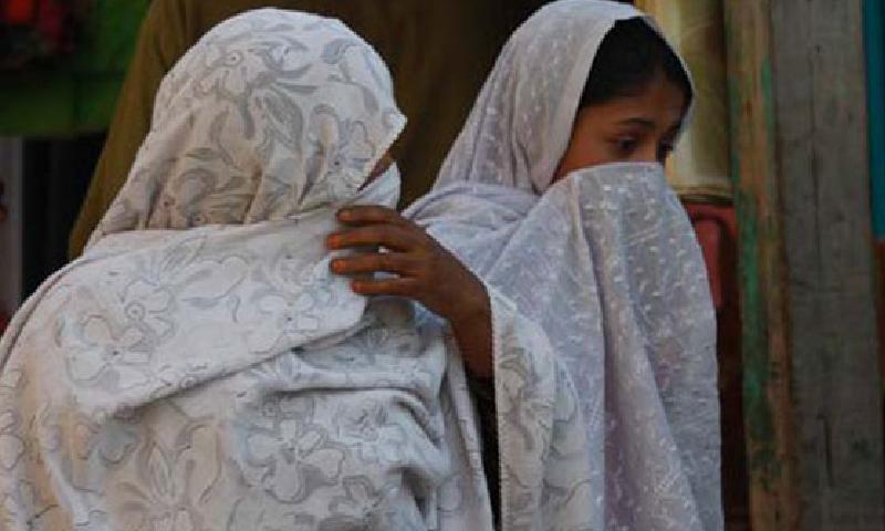 نوٹس میں کہا گیا ہے کہ دکاندار بھی محرم کے بغیر آنے والی خواتین کو روکیں—فائل/فوٹو:ڈان