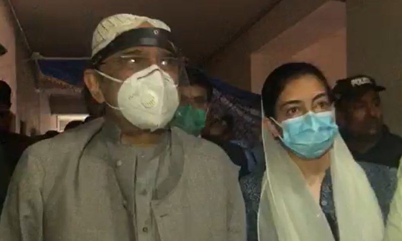 Former president Asif Ali Zardari arrives in court with his daughter Aseefa Bhutto-Zardari. — DawnNewsTV