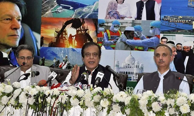 وفاقی وزرا نے اسلام آباد میں پریس کانفرنس سے خطاب کرتے ہوئے حکومت کی دوسالہ کارکردگی سے آگاہ کیا— فوٹو: اے پی پی