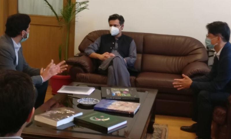 وفاقی وزیر حماد اظہر سے سام سنگ کے حکام نے ملاقات کی—فوٹو: ٹوئٹر