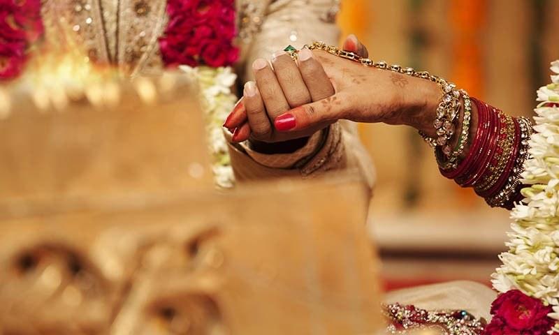 شوہر کے نہ لڑنے اور بہت زیادہ محبت پر خاتون کا طلاق کا مطالبہ