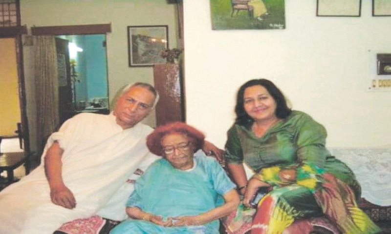 Qurratulain Hyder (centre) with Ameena Saiyid and her husband Aamer Aziz Saiyid at Hyder's home in Noida, India   Photo courtesy Ameena Saiyid