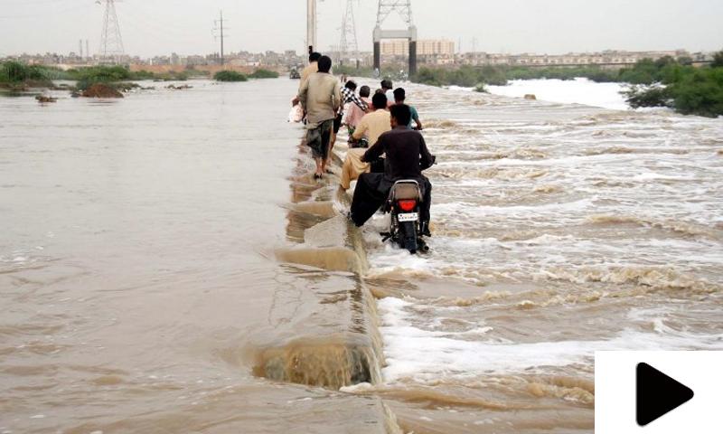 کراچی میں بارش کے بعد کورنگی کاز وے پھر بند، شہری پریشان