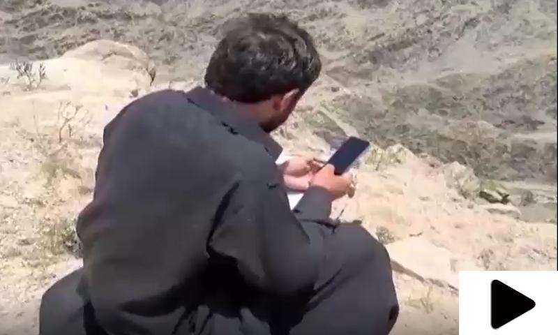 آن لائن کلاسز کیلئے پہاڑ پر انٹرنیٹ کے سگنلز تلاش کرتے پاکستانی طلبہ