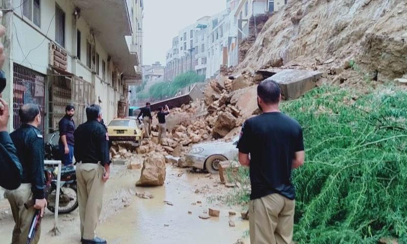 تودہ گرنے سے متعدد گاڑیاں نیچے دب گئیں—تصویر: امتیاز علی