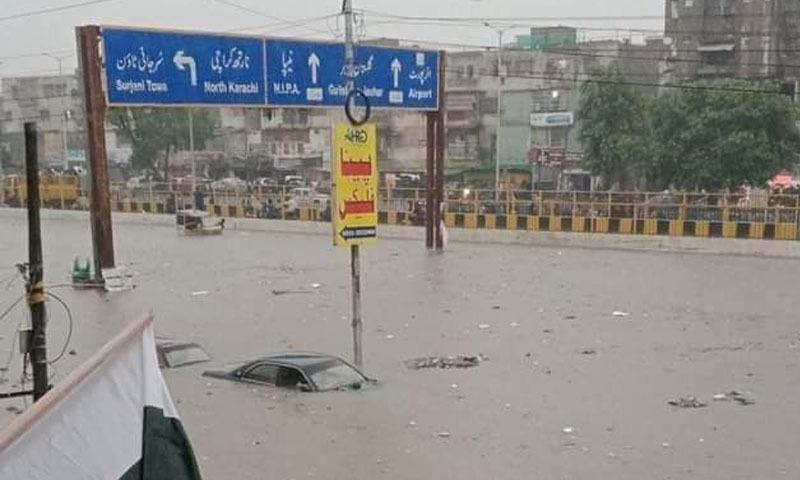 بارش کے باعث سڑکیں دریا کا منظر پیش کرنے لگیں—فائل فوٹو: ٹوئٹر