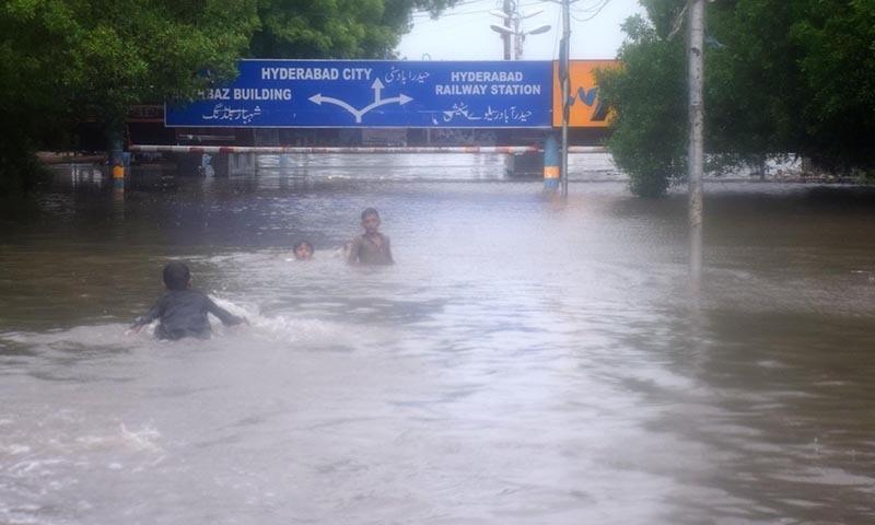 حیدرآباد ریلوے اسٹیشن بھی پانی میں ڈوب گیا—تصویر: محمد حسین خان