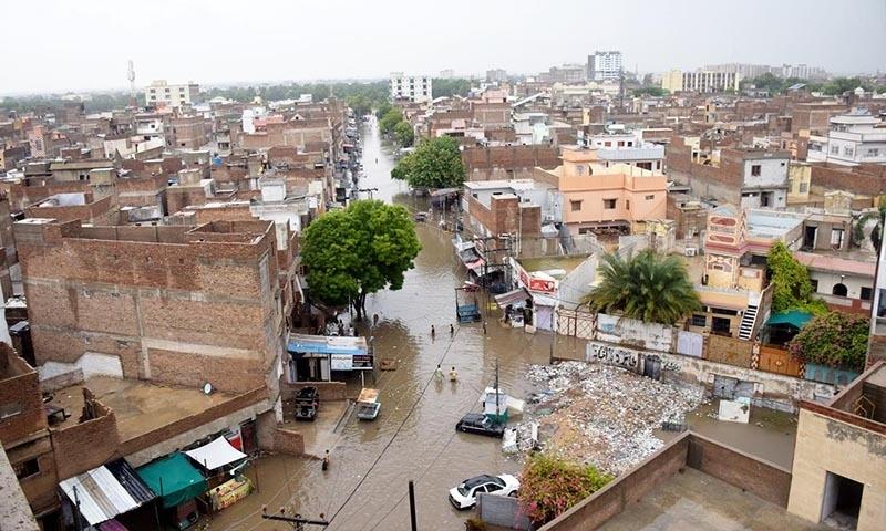 نشیبی علاقوں میں گھر زیر آب آگئے—تصویر: محمد حسین خان