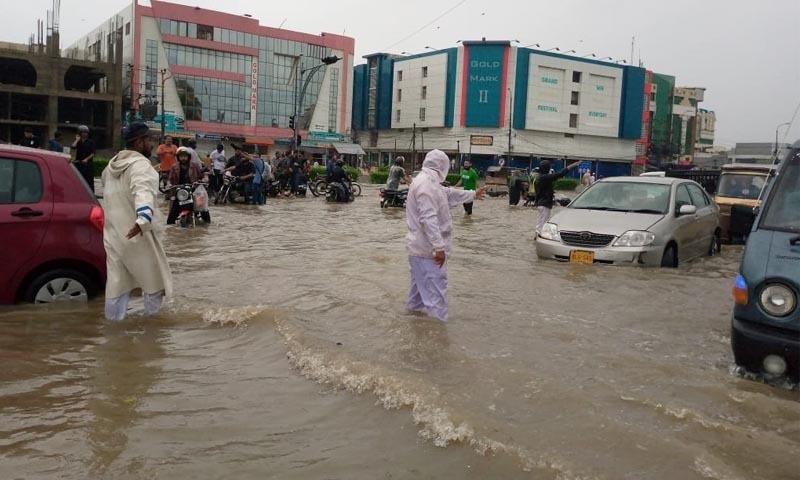 ڈیفینس میں ٹریفک پولیس اہلکار سڑکوں پر ٹریفک کنٹرول کرتے ہوئے—تصویر: امتیاز علی