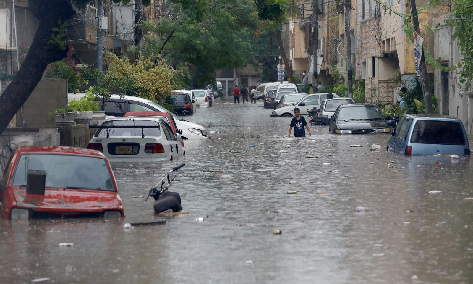 شہر میں چند روز سے مسلسل بارش ہو رہی ہے— فوٹو: رائٹرز