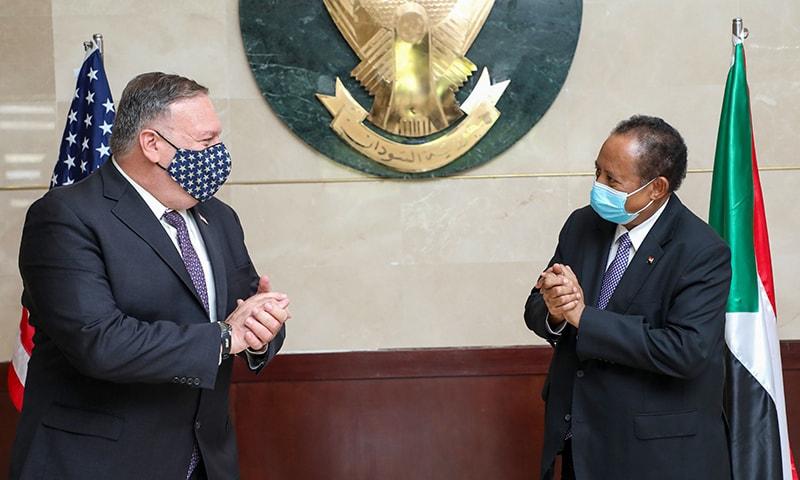 سوڈانی وزیر اعظم عبداللہ ہمدوک اور امریکی سیکریٹری خارجہ  مائیک پومپیو کے درمیان ملاقات کا ایک منظر— فوٹو: اے ایف پی