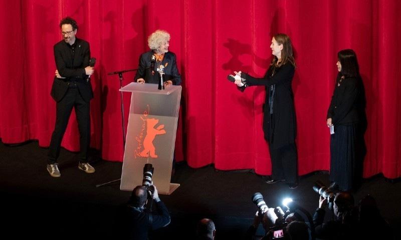 برلن فلم انتظامیہ کا مرد و خواتین اداکاروں کا علیحدہ ایوارڈ ختم کرنے کا اعلان