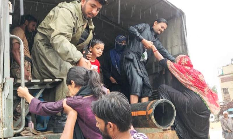 پاک فوج متاثرہ علاقوں سے مکینوں کا انخلا کروارہی ہے—تصویر: ڈان نیوز
