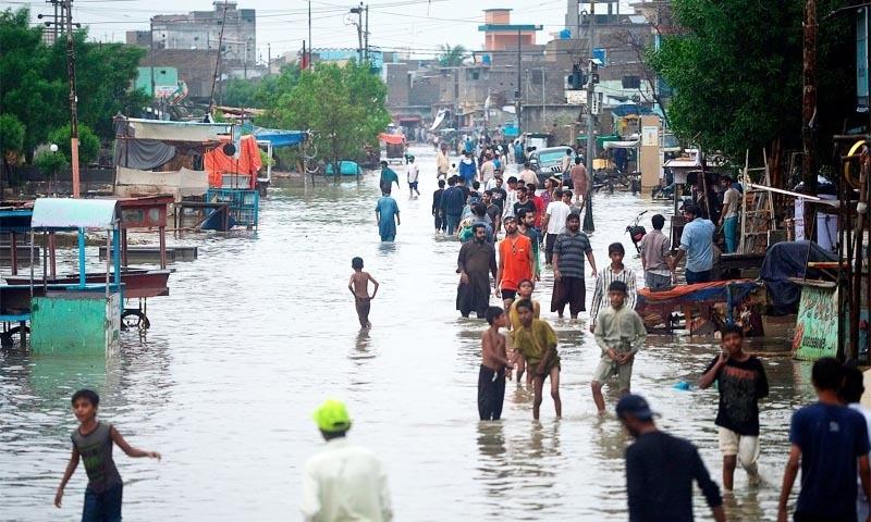 سیلابی ریلا آبادی میں داخل ہونے سے مکین نقل مکانی پر مجبور ہوگئے — تصویر: اے ایف پی