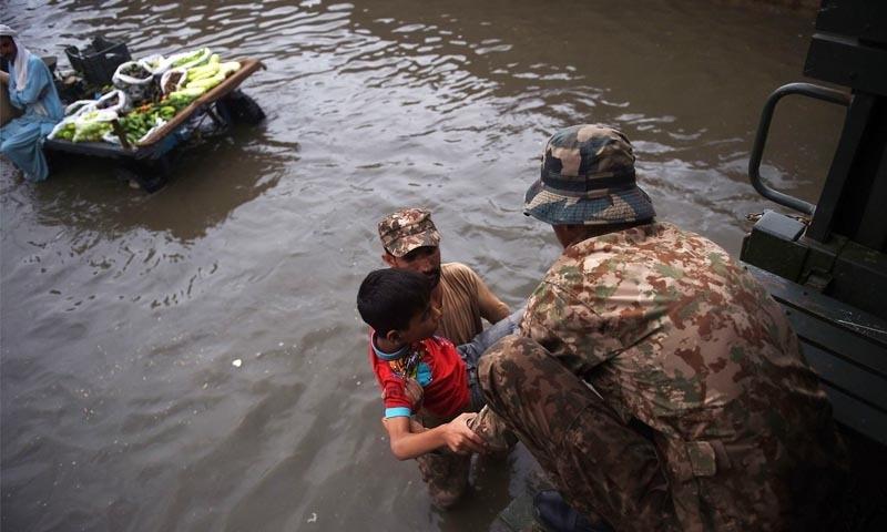 آرمی چیف کی ہدایت پر پاک فوج امدادی کارروائیوں میں حصہ لے رہی ہے —تصویر: اے ایف پی