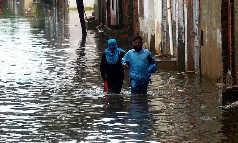 گھروں میں پانی بھر جانے سے مکین نقل مکانی پر مجبور ہوگئے—تصویر: اے ایف پی