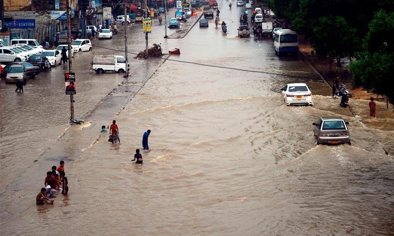 کراچی میں اگست کے مہینے میں بارشوں کا 36 سال پرانا ریکارڈ ٹوٹ گیا—تصویر: اے ایف پی