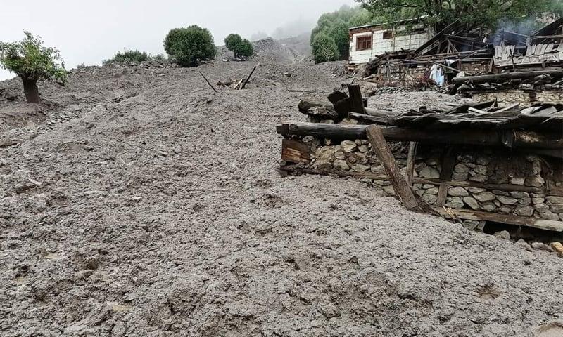 سیلابی صورتحال کے باعث متعدد مکانات تباہ ہوگئے—فوٹو: عمر باچا