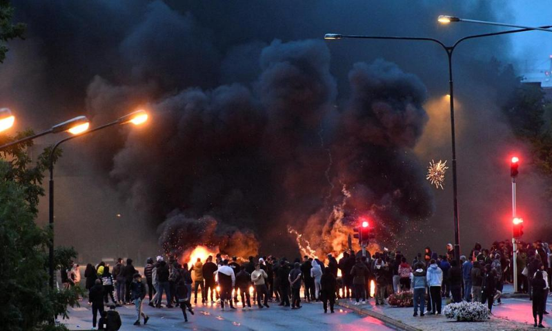 Riot in Sweden after anti-Muslim leader banned from rally