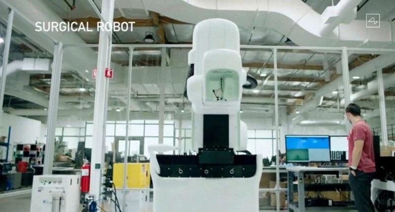 سرجیکل روبوٹ میں بھی چپ کا مظاہرہ دکھایا گیا—اسکرین شاٹ یوٹیوب/ اے ایف پی
