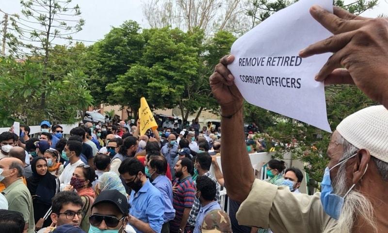 کراچی: ڈی ایچ اے، کلفٹن میں بارش کے بعد نکاسی آب کی بدترین صورتحال پر مکین سراپا احتجاج