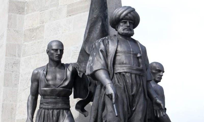 خیرالدین باربروس کے مقبرے کے پاس ان کا مجسمہ نصب ہے — فوٹو بشکریہ وکی پیڈیا