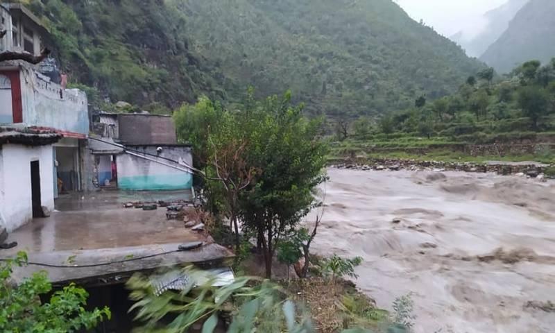 بارشوں کے نتیجے میں ہونے والے  حادثات میں درجنوں افراد زخمی ہوئے— فوٹو: عمر باچا