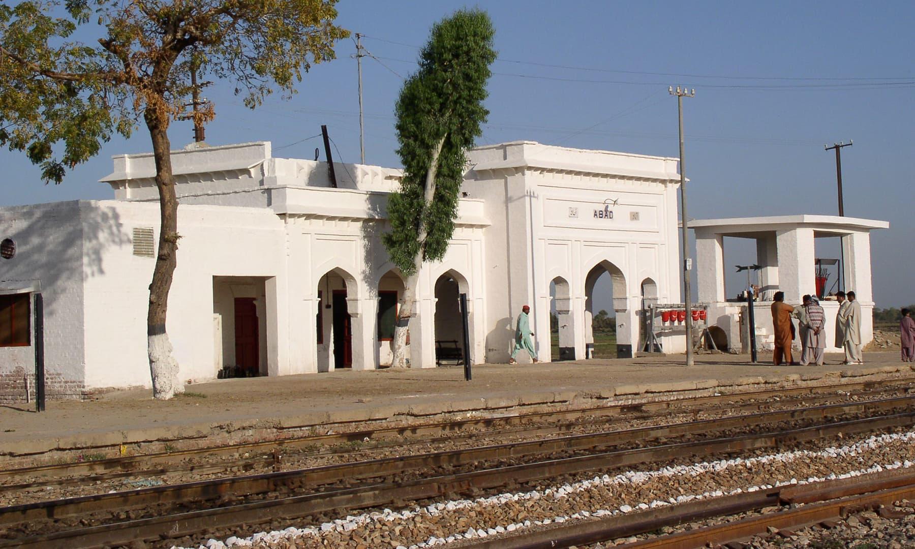 جب ہم لنڈو ٹرین سے سفر کرکے گاؤں آتے تو جیکب آباد شہر تک جانے کی بجائے آباد ریلوے اسٹیشن پر ہی اتر جاتے