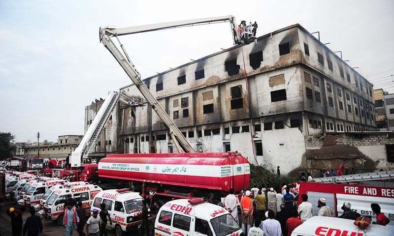 11 ستمبر 2012 کو کراچی کے علاقے بلدیہ ٹاؤن میں قائم کپڑے کی فیکٹری میں لگنے والی آگ کے نتیجے میں 250 سے زائد افراد لقمہ اجل بنے تھے — فائل فوٹو: اے ایف پی