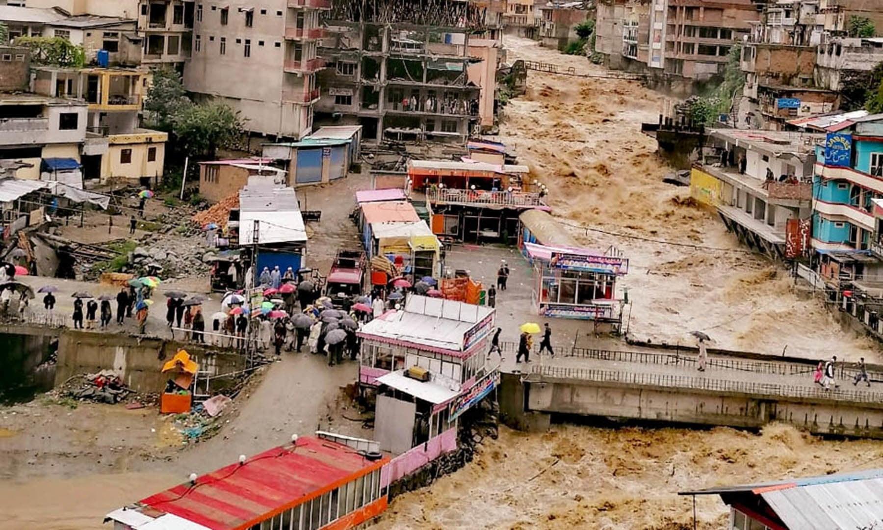 درال جھیل سے نکلنے والے پانی کا خوفناک منظر—فوٹو: رحیم صابر توروالی