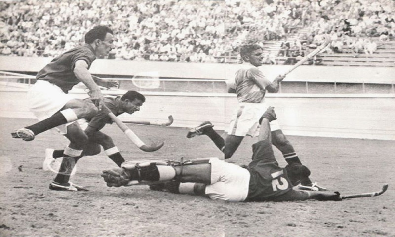R.S. Bhola (India) checked by Pakistani defenders during the final