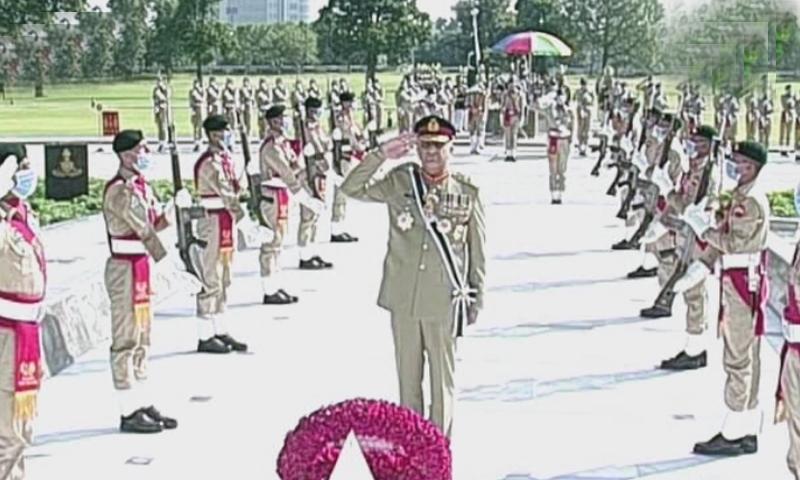آرمی چیف جنرل قمر جاوید باجوہ نے یادگار شہدا پر پھول چڑھائے—اسکرین شاٹ
