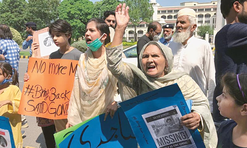 ISLAMABAD: Family members of Securities and Exchange Commission of Pakistan's Joint Director Sajid Gondal protesting outside the prime minister's secretariat, over his disappearance on Tuesday. — Tanveer Shahzad /White Star