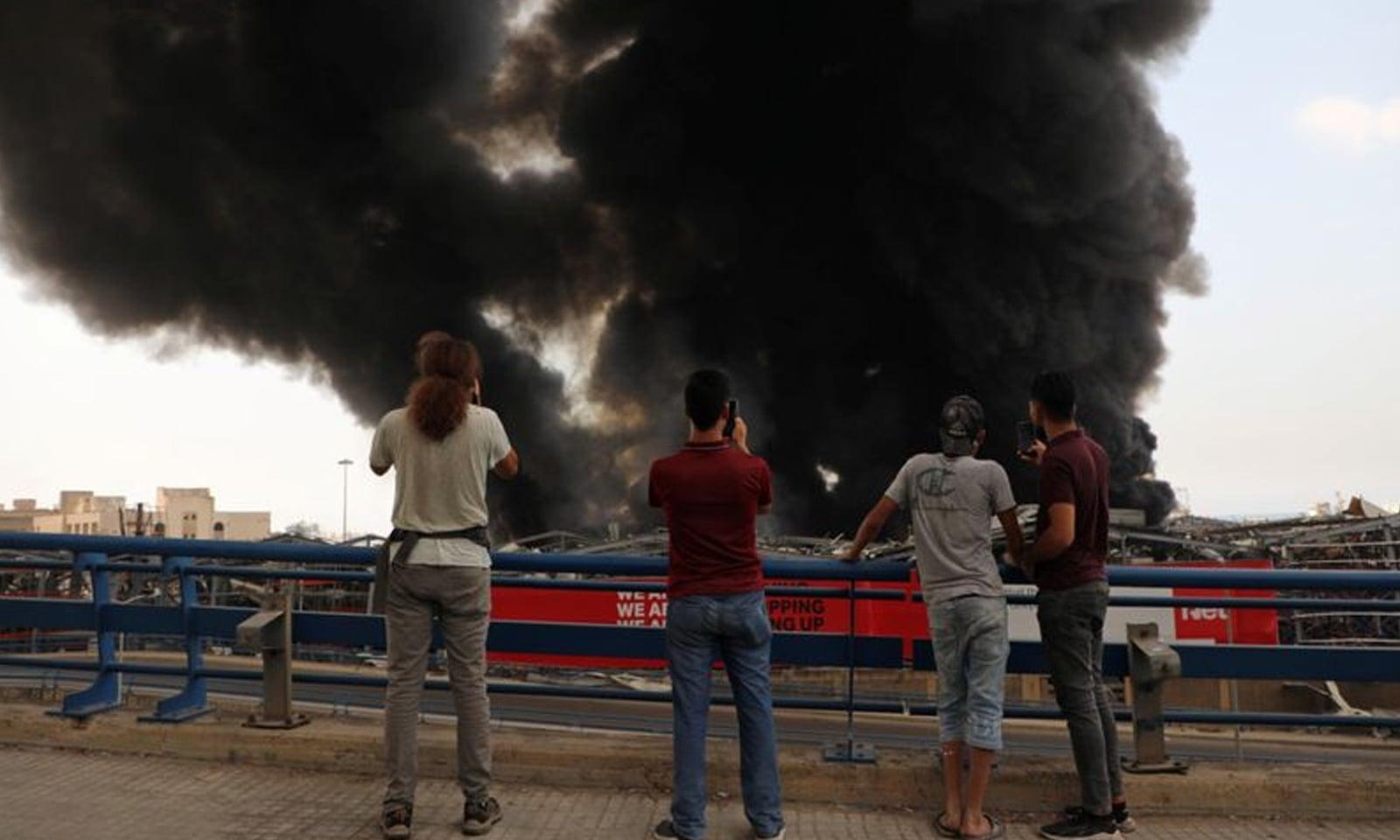 بیروت کی بندرگاہ میں آتشزدگی سے شہریوں میں خوف و ہراس پھیل گیا—فوٹو: رائٹرز