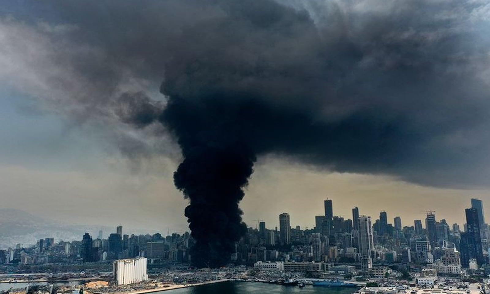ہولناک  دھماکے کے ایک مہینے بعد بیروت میں  ایک مرتبہ پھر آگ بھڑک اٹھی—فوٹو: اے پی