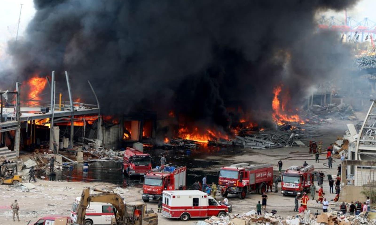 فائر فائٹرز کی بڑی تعداد کو آگ بجھاتے ہوئے دیکھا گیا —فوٹو: رائٹرز