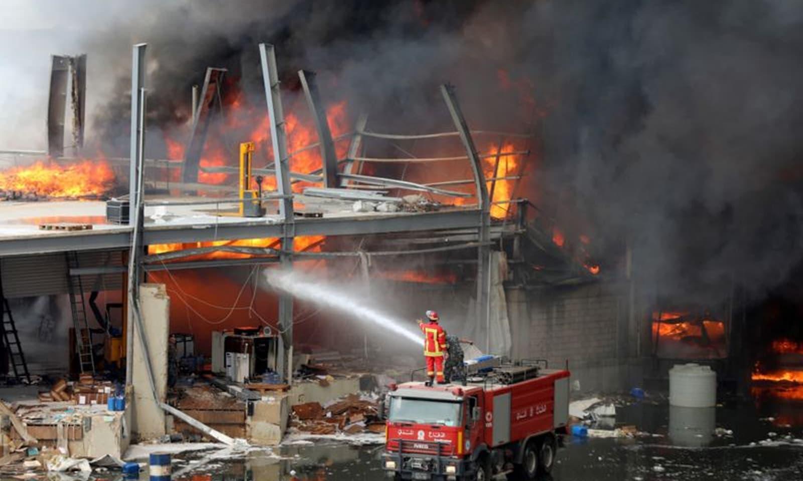 آگ لگنے کے نتیجے میں شعلے بلند ہوئے اور دھوئیں نے پورے بیروت کو لپیٹ میں لے لیا —فوٹو: رائٹرز
