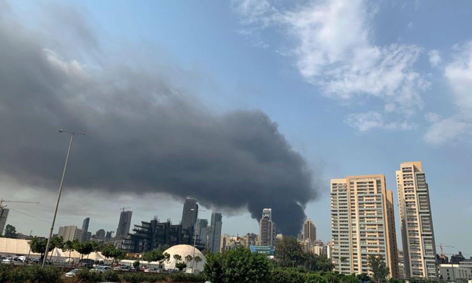 آتشزدگی کا واقعہ ایسے مقام پر پیش آیا جہاں تیل اور ٹائرز رکھے ہوئے تھے —فوٹو:اے ایف پی