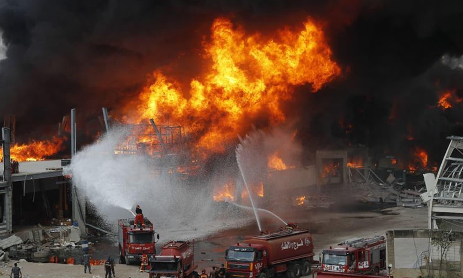 عینی شاہدین کے مطابق  ٹائروں میں آگ لگنے کی وجہ سے سیاہ دھواں اٹھا—فوٹو: اے پی
