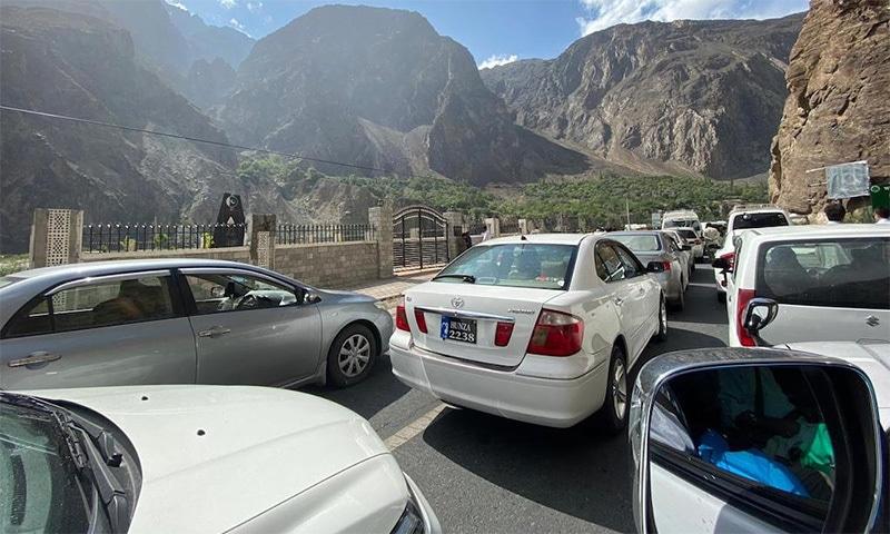سیاحوں کو لے جانے والی کم از کم 150 گاڑیاں روزانہ ایسے 95 فیصد سیاحوں کے ساتھ اس خطے میں داخل ہوتی ہیں جو اپنے ساتھ کورونا ٹیسٹ کے نتائج نہیں لاتے ہیں—فوٹو: نوید خان